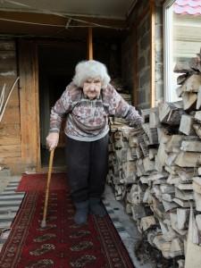 Elzė Lukošienė sunkiai paeina, todėl, kaip pildosi jos malkų atsargos, stebėjo iš savo namelio tarpdurio.