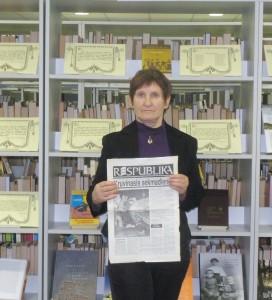 """Pagėgiškė Bernarda Ežerskienė rankoje laiko jai svarbiausią Laisvės gynėjų dienos atminimą – 1991 m. sausio 13 d. laikraščio """"Respublika"""" numerį."""