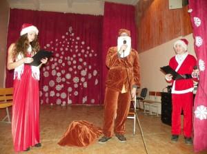 5-8 klasių renginio vedėjai ir Kalėdų Senelis.