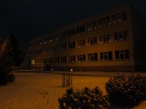 Šilutės Pamario pagrindinės mokyklos languose plevenančios žvakelių šviesos priminė, kad atmintis gyva.