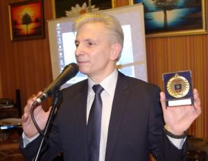 Tokius medalius seniūnas Alfonsas Šeputis teikė iniciatyviausiems švėkšniškiams.