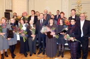 Kultūros ministras Šarūnas Birutis (centre) su apdovanotais šalies kultūros ir meno kūrėjais, tarp kurių yra ir šilutiškė vyr. bibliotekininkė Virginija Veiverienė (nuotraukoje pirmoje eilėje antra iš dešinės).