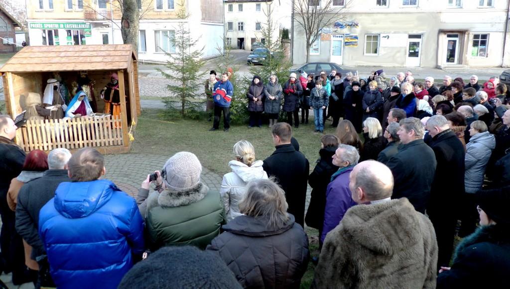 Toks būrys Pagėgių ir aplinkinių vietovių gyventojų susirinko pirmąją Kalėdų dieną pasidžiaugti šalia kalėdinės eglutės parko centre įrengta prakartėle.